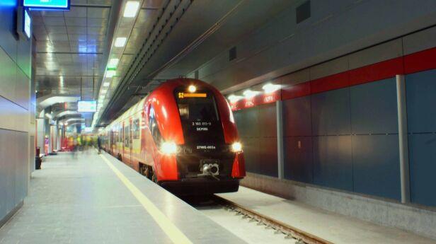 Pierwszy pociąg na stacji Lotnisko Okęcie PKP PLK