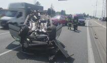 S8: dwa zderzenia obok siebie. Jeden samochód na dachu