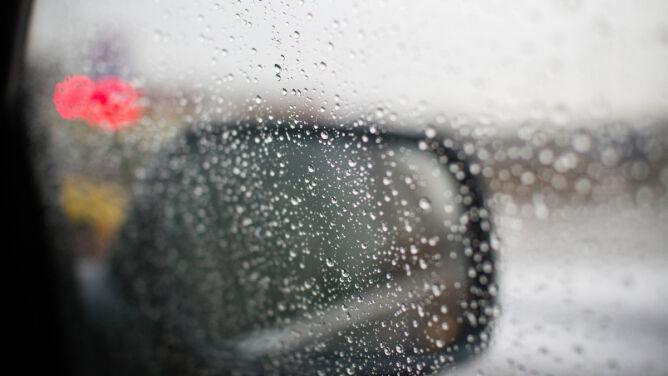 Opady deszczu i silny wiatr utrudnią jazdę
