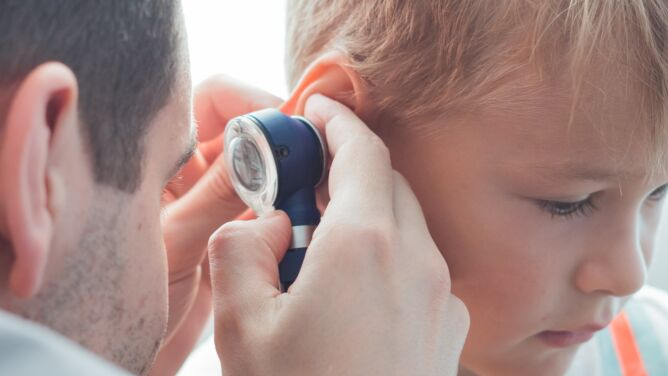Ostre zapalenie ucha środkowego możliwym powikłaniem grypy. Ekspert przestrzega