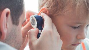 Brytyjscy naukowcy: COVID-19 nasila szumy uszne